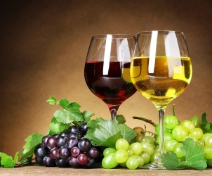 glasses-of-red-and-white-wine