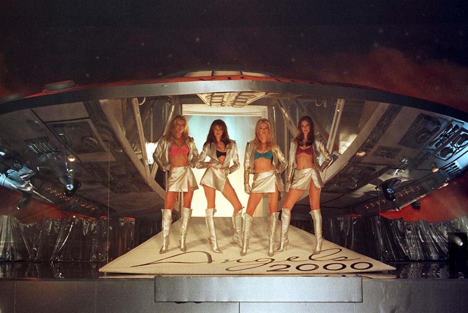 Несколько «ангелов» демонстрируют новую модель белья Angels 2000, 1998 год