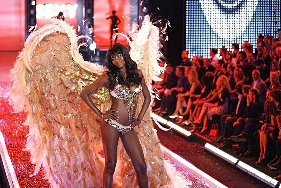 Тайра Бэнкс дефилирует с характерными крыльями во время шоу 2014 года